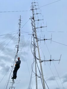 OZ1GER sætter antenner op hos 5P5T på toppen af Kongsbjerg, Møn